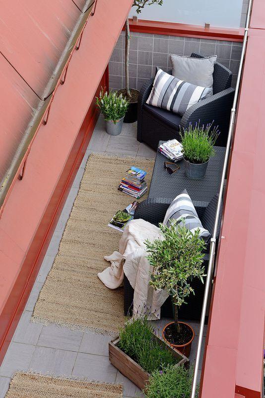 Wąski balkon z fotelami