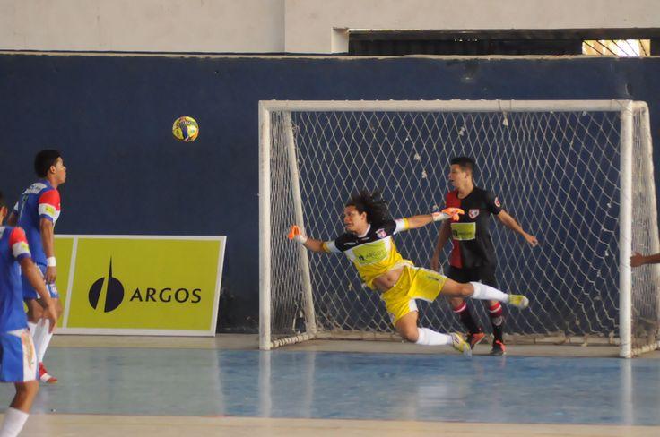 Atajadas como esta se vieron en la séptima fecha. Walter Henríquez fue figura en la victoria de su equipos #GremioSamario 6-4 sobre #CúcutaNiza. #FútbolRevolucionado