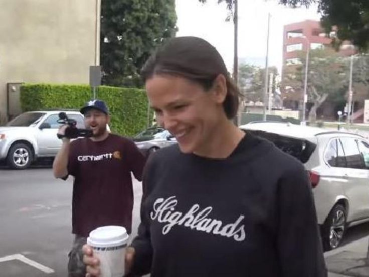 'Brad and I are dating' Jennifer Garner's perfect response to a swarm of paparazzi - New Zealand Herald