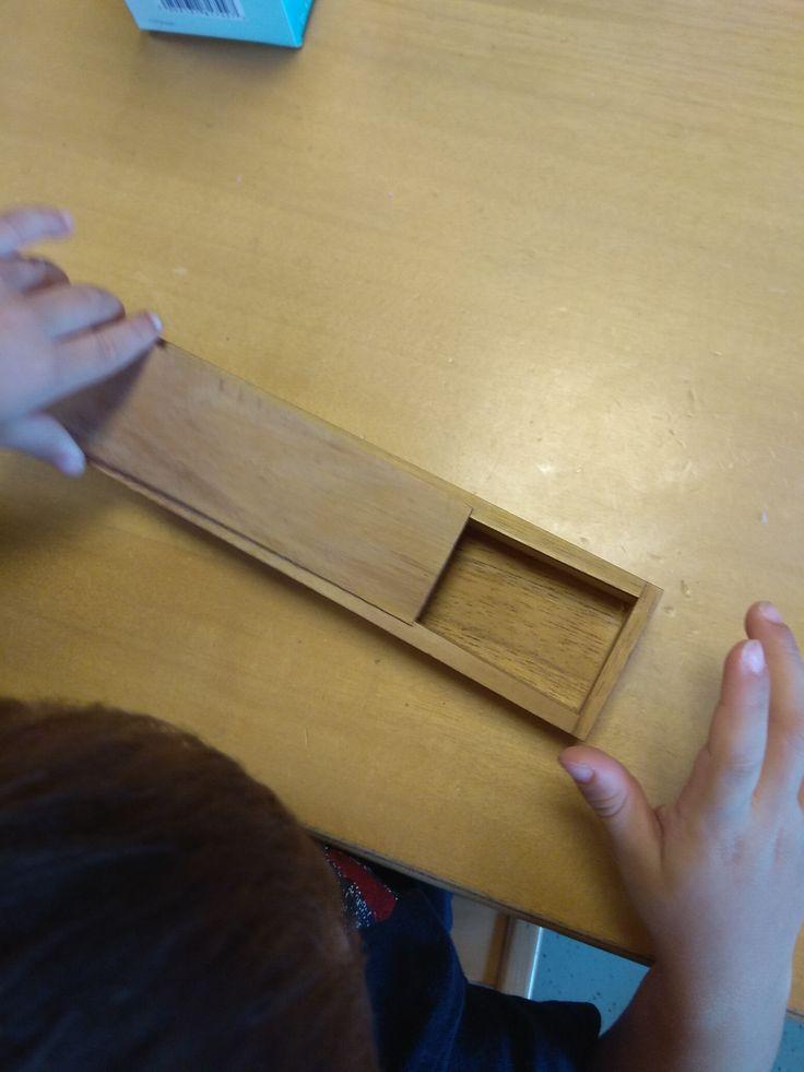 Ανοίγω - κλείνω κουτιά μεγάλα και μικρά. Τα παιδιά μαθαίνουν να ανοίγουν και να κλείνουν κουτιά  και όχι μόνο..