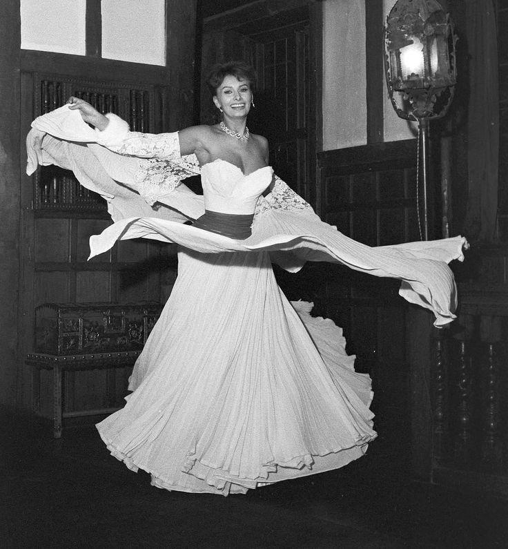 """Les plus belles photos des #archives de @ParisMatch_magazine - #1957 - L' actrice italienne #SophiaLoren se prépare à rencontrer la reine #ElisabethII, lors de la """"Royal Performance""""à l'#OdeonTheatre de #Piccadilly à #Londres. Photo : Jack Garofalo / #ParisMatch"""