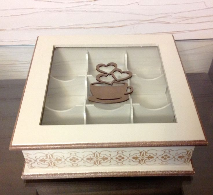 Servir com requinte! É o que irá acontecer com essa linda caixa de chá! Clássica!    Caixa de chá em mdf trabalhada com pintura e stencil. Com 9 divisões e tampa com vidro.    Fazemos em outras cores e modelos, consulte-nos.  Peças integrantes estão sujeitas à disponibilidade.  Como é um produto ...