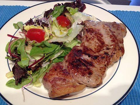 Mix de salada acompanhado de bife de chorizo (contra-filé) grelhado.