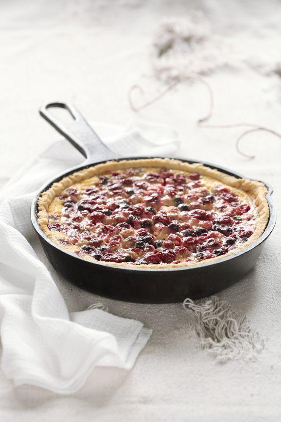 A receita em português está em baixo.    Рецептов подобных пирогов очень много: песочное или рубленое тесто + ягоды или фрукты + смета...