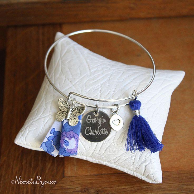 Bracelet jonc médaille gravée personnalisée gravure prénom - liberty bleu pompon papillon et coeur : Bracelet par nemeti