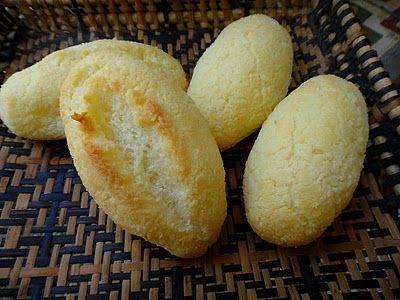 Pãozinho de tapioca 25 g de manteiga em ponto de pomada (2 colheres de sopa rasadas) 1 1/2 xícara de leite (360 ml) 3 colheres (chá) de açúcar 1 colher (chá) de sal 1 ovo 250 g de farinha de tapioca (mais ou menos 3 xícaras de chá) Obs: medidas padronizadas, sempre rasadas Bata no liquidificador ou misture bem os cinco primeiros ingredientes e despeje sobre a farinha de tapioca. Misture bem, espere uns 20 minutos para hidratar os grânulos (teste para ver se os grânulos estão macios e se a…