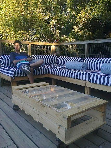 Mesa y sofá realizado con pallets, reutilizando colchones de segunda mano, los cuales forré con pendones publicitarios de PVC  (desecho).....La lona listada es lo único que se compró para realizar las fundas.