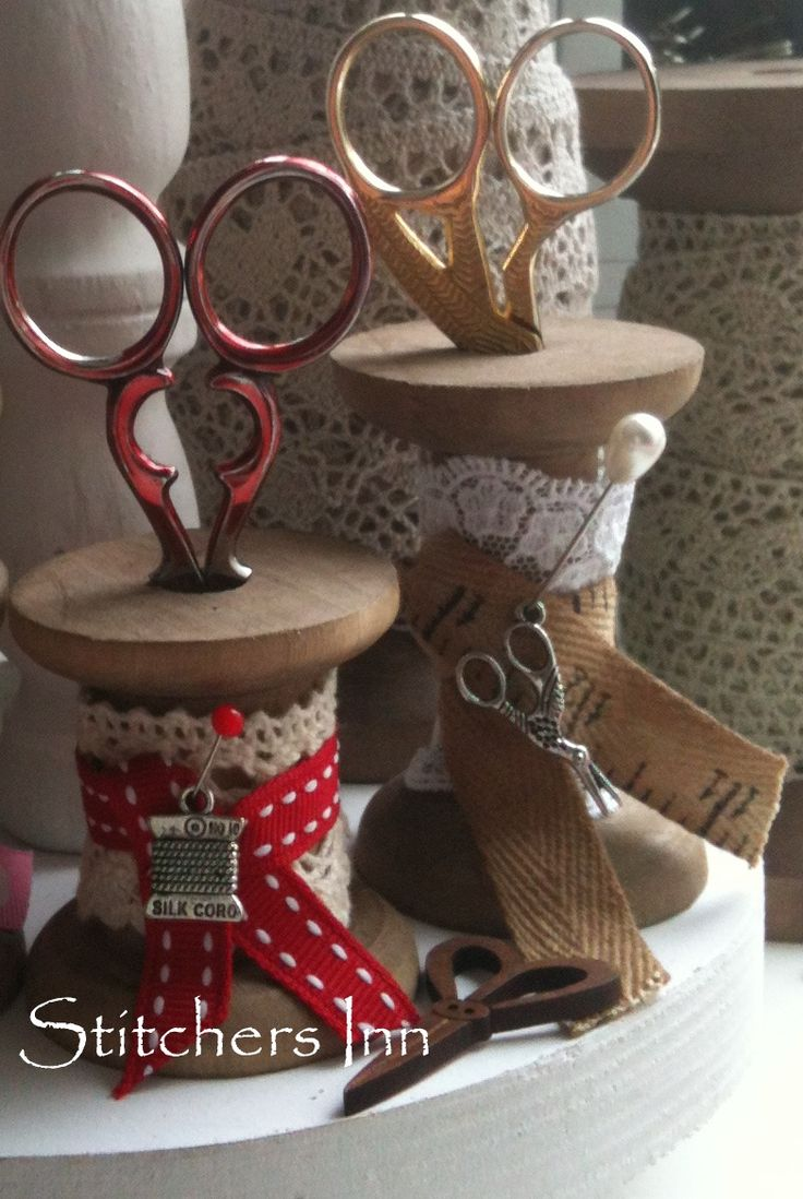 Close up photo.  Creative use of vintage wooden bobbins.   Decorate with lace, ribbons and charms. The can use to place your scissors and so find them quickly in sewing room.  Pic and source to supplies in shop's blog post.  Will need to translate blog post to English.