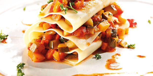 Pasta is altijd een goed idee, vooral deze lichte open ravioli van zalmfilet en geroosterde groente!
