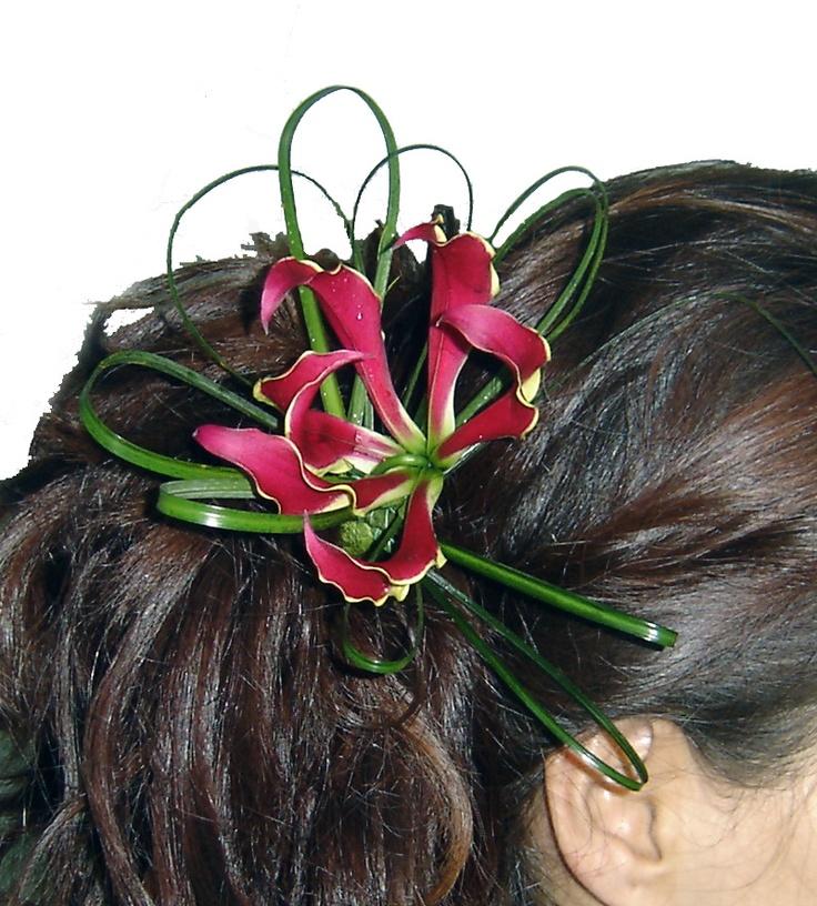 Tocado de flor natural para el pelo. www.floreszamora.es