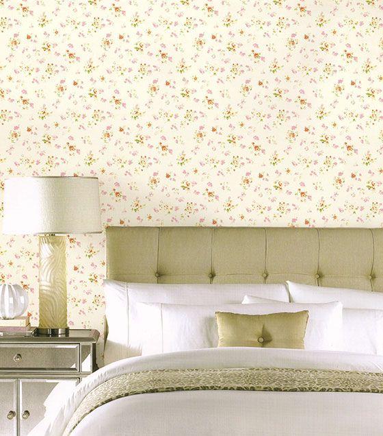 O papel de parede floral é uma opção discreta para a decoração do quarto. Com cores leves e estampa delicada, dão um toque especial à decoração, deixando detalhes na decoração de forma simples, valorizando os móveis.