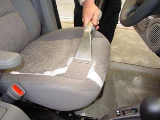 Limpieza de la tapicería del coche, el asientos si queda casi seco.