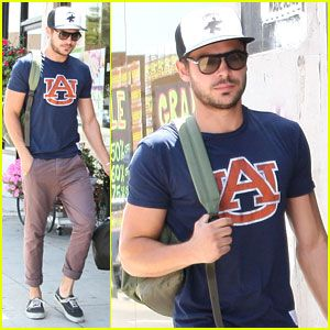 zac efron. in an auburn shirt. oh my.... this is not happening this not happening... roll tide