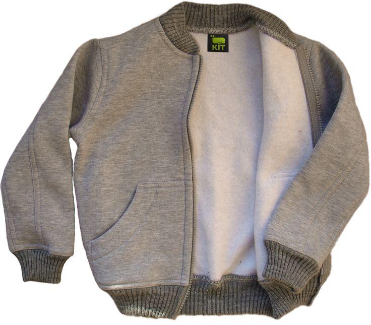 Кофта для мальчиков выполнена из трикотажа на флисе. Комфортная и удобная повседневная одежда для активного ребенка!