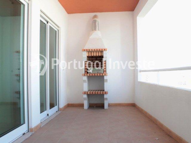 À vendre appartement avec 3 pièces, condo avec piscine, dans le centre de Portimão, Algarve. L'appartement a finitions en couleurs claires. Les fenêtres et les balcons permettent l'entrée de immense lumière, caractéristique de la région, rendant l'appartement plus confortable. L'appartement dispose d'un barbecue sur le balcon, et les balcons sont généreusement proportionnées permettent d'avoir un espace extérieur supplémentaire. Ce bâtiment dispose également d'une piscine et un jardin.Ne…