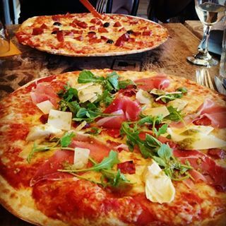 Hmmm I love pizza! ♡  #pizza #food #eten #foodie #foodbloggers #ham #peperoni #pizzapepperoni #artisjok #pork #olives #olijven #genieten #enjoying #lovemylife #vakantie #holiday #restaurant #toprestaurant #meze #frankrijk #france #pirates #wine #beer #rucola #cheese #italian