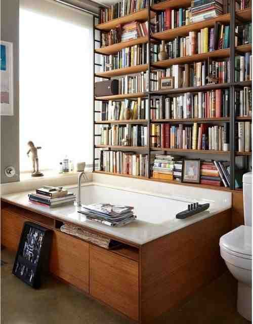 Biblioteka w łazience czy wanna w bibliotece?