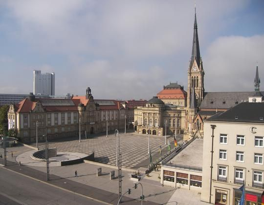 Theaterplatz in Chemnitz mit Opernhaus, König-Albert-Museum, Petrikirche und Chemnitzer Hof