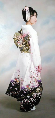 Boven: Jonge vrouwen uitgedost in formele furisode. Links; De roze shibori sjaal is goed te zien boven haar obi uit. (Beide staan beschreven onderaan dit artikel. )