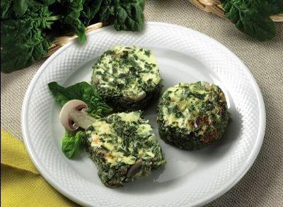 Gli spinaci al forno con funghi si preparano tritando spinaci e cipolla e mescolando la panna con il prezzemolo tritato, rosoleremo i funghi e poi un...
