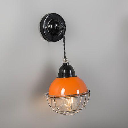 Lámpara colgante HARBOR naranja - Preciosa lámpara de estilo industrial basada en modelos retro, con la cubierta lacada y la fuente de luz cubierta con una rejilla. El cable está hecho de textil trenzado.