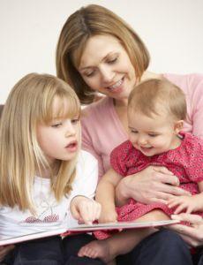 Aprender idiomas a una edad temprana. El período durante el cual el lenguaje se desarrolla más fácilmente es antes de los 6 años de edad, lo que llamamos una edad temprana. A partir de ahí, y hasta la pubertad va decreciendo la facilidad, siendo cada vez más difícil y menos exitoso aprender otras lenguas.