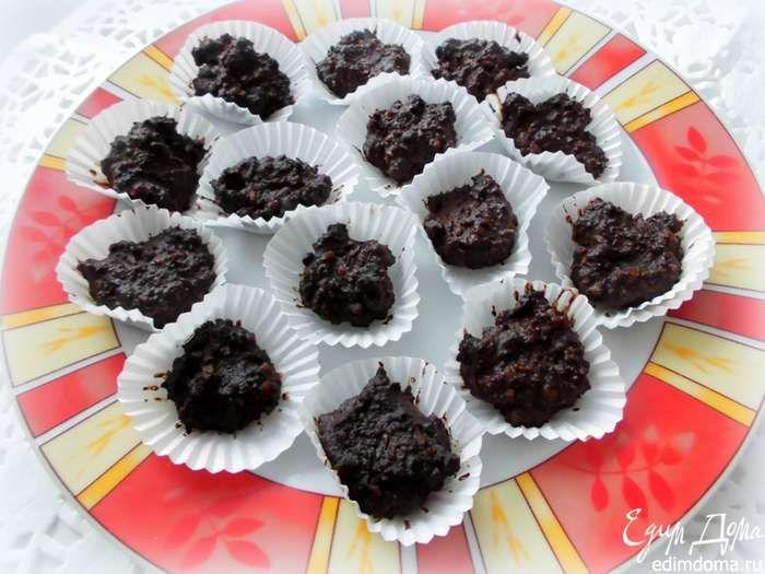 Выложить шоколадно-ореховую массу в бумажные формочки для конфет. Поставить в холодильник или морозилку, чтобы они застыли.  Приятного аппетита!