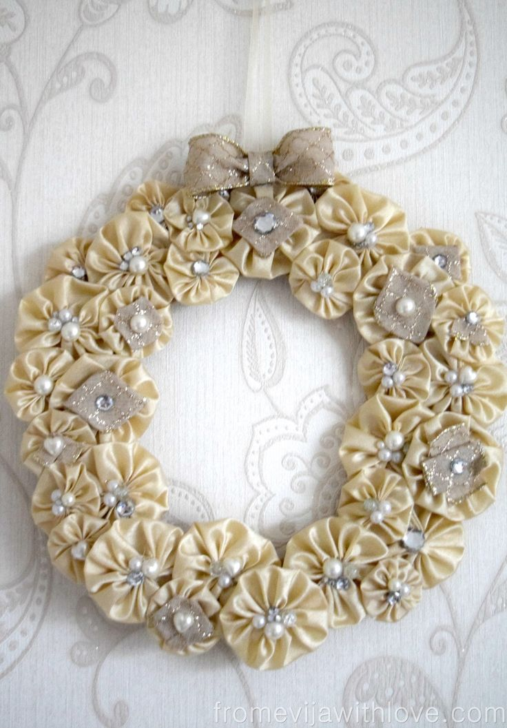 Suffolk Puff Christmas Wreath diy craft gold and glitter , yo yo
