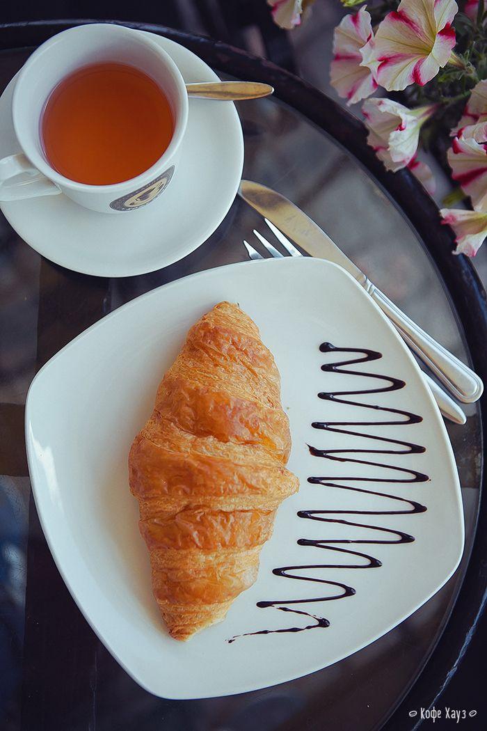 Круассан с вареньем и чашечка бодрящего чая или кофе. Легкий, экономный и быстрый Pro завтрак в Кофе Хауз (145 рублей).  Готовим его для вас в любой день с 6-00 до 12-00.  #завтрак #кофехауз #чай #breakfast