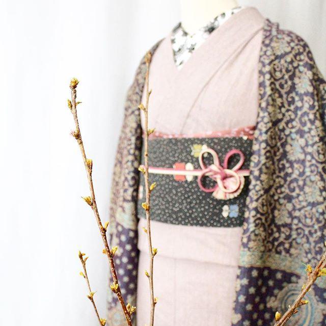 【kamakura_kimono_rental_fuji】さんのInstagramをピンしています。 《‥ 春が待ち遠しいですね♡ シンプルが好きだけど、 無地着物って仲居さん? いえ、無地着物は 柄小物や差し色で お洒落着物になるんです。 トータルコーディネートで お着物を選んで見るのも ありです♪ あなた好みを お探しいたします。 ‥ 本日満員御礼でございます。 ありがとうございます。 ‥ #着物レンタル藤  #spring #sakura #春 #着物コーディネート #着物 #kimono #鎌倉 #kamakura #鶴岡八幡宮 #桜 #蕾 #もうすぐ春 #鎌倉着物レンタル  #ストール #無地着物 #柄衿  #女子会 #女子旅 #春休み #デート#ママ会 #flower #japanesegirl #着物好きさんと繋りたい》