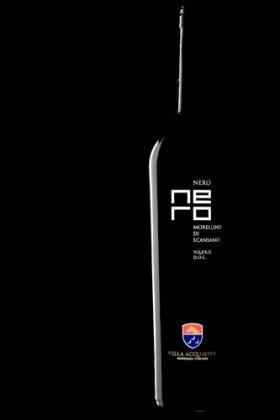 """Nero - bottiglia 0,37 lt   Da uve Sangiovese, chiamate in zona Morellino, e da una piccola parte di Malvasia nera e Alicante, il """"Nero"""" viene vinificato in rosso con una permanenza per almeno 10 giorni a contatto con le bucce."""