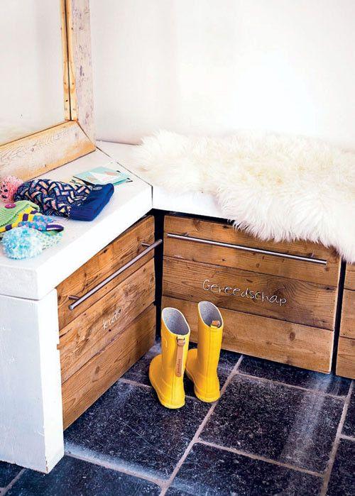 Ideaal voor de inkomhal: een bankje met daaronder plaats voor je schoenen, sjaals, enz