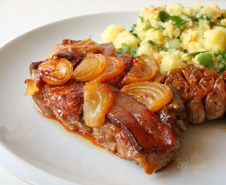 Keď sedliacka, tak poriadny tristo gramový flák mäsa, kopa šťavnatej cibule a pečeného cesnaku, slanina a klobása. To všetko zaliate pivom a pomaly pečené.