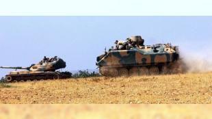 """Cerablus'ta tanka roket atıldı: 1 asker şehit oldu: Türk Silahlı Kuvvetleri (TSK) Müşterek Özel Görev Kuvveti ve Koalisyon Hava Kuvvetlerince Suriye'nin Türkiye sınırındaki Cerablus bölgesinde terör tehditlerine karşı yürütülen """"Fırat Kalkanı"""" harekatında PYD üyelerince TSK'ya ait iki tanka roket atıldı. Bir askerin şehit olduğu üç askerin yaralandığı saldırının ardından terör örgütüne ait hedefler obüs ve top atışlarıyla vuruldu."""