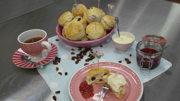 Bei einer Tea-Time darf der englische Klassiker natürlich nicht fehlen: Die Scones! Enies Gast Nadine Sauerzapfe hat selbst eine Zeit lang in England und gelebt und zeigt ihr, wie man das traditionell englische Gebäck einfach selbst backen kann.