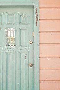 La porte d'entrée et les murs extérieurs dans les tons pastels.