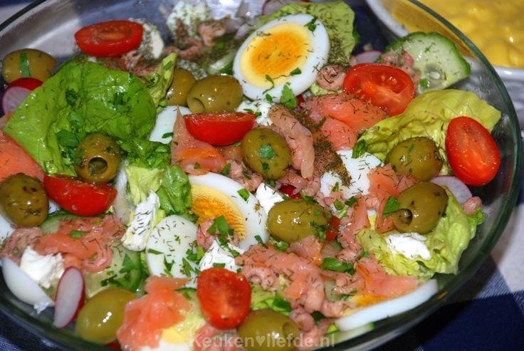 Deze rijkelijk gevulde vissalade is ideaal om te maken na een drukke werkdag, als je weinig zin en tijd hebt om te koken.