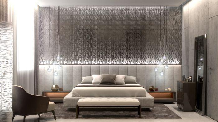 ampoules pendantes, tableaux muraux argentés, chaise vintage, miroir encadré
