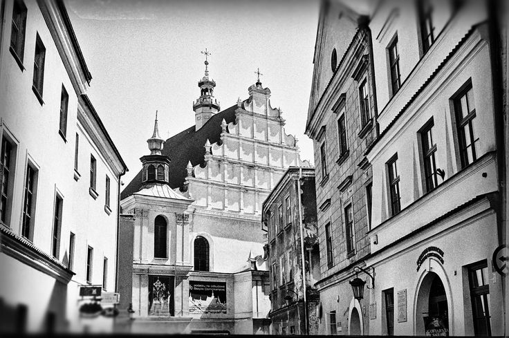 https://flic.kr/p/HmADzD | Old Town Walks | Old Town Lublin, Poland, April 2016.  Minolta AL, Rokkor 45mm F2.0, Ilford PAN 400  More at urban.photos