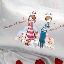 Sevgiline aşkınızı yumuşacık bir yastıkla göstermeye ne dersiniz? Sevgiliye Özel Aşıklar Saten Yastık üzerinde isimlerinizin ve özel mesajın...