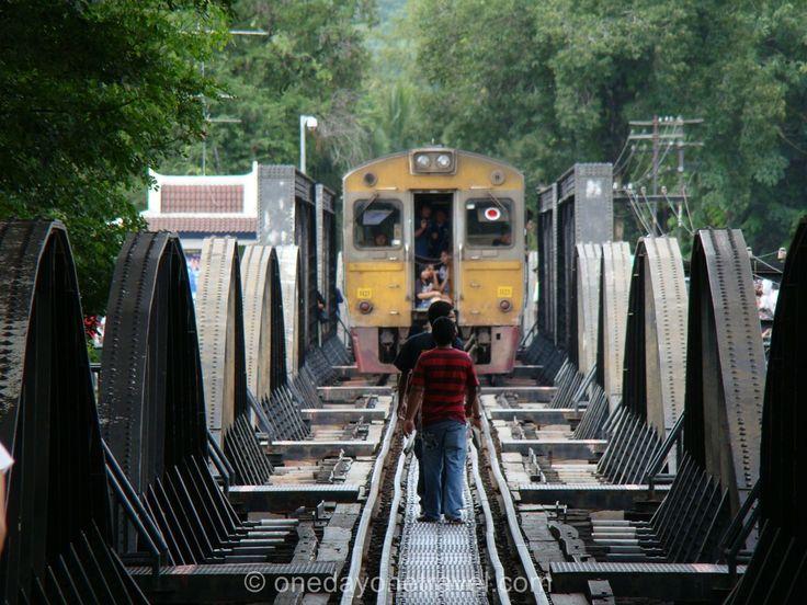 Kanchanaburi : Carnet de voyage et récit de visite. pont de la riviere Kwai, cascades d'Erawan, temples, les activités de manquent pas à Kanchanaburi.