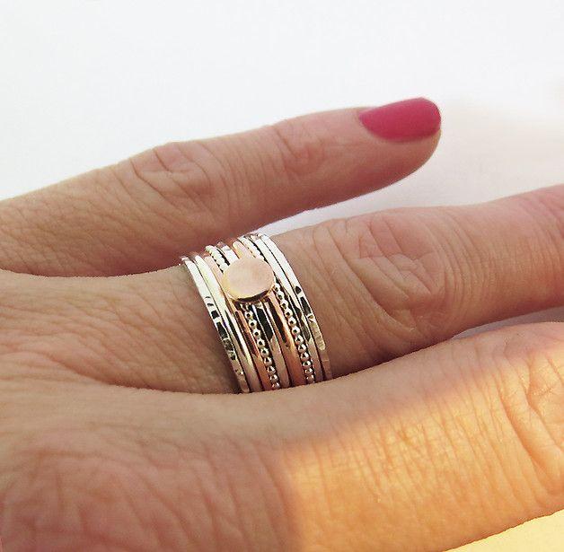 MATÉRIEL: Argent sterling 925 et cuivre  DÉTAILS: Trois - 1,0 mm Anneaux en argent martelé (deux types) Deux - 1,0 mm Silver Dot Rings Anneaux d'argent ronds d'un 1,5 mm Un anneau en cuivre...