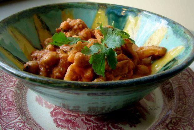 Ο συνδυασμός λαχανικών και οσπρίων είναι πολύ διαδεδομένος σε όλη την Ανατολική Μεσόγειο. Στην Κωνσταντινούπολη όμως προχώρησαν ένα βήμα μπροστά. Πήραν το ταπεινό κουνουπίδι, το έκαναν καπαμά μαζί με ντοματούλα και κανέλα και μέσα στη νόστιμη σάλτσα του έβαλαν και τρυφερά ρεβίθια. Ο τέλειος συνδυασμός.