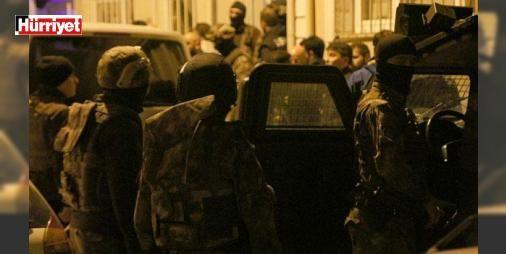 Son dakika... Üsküdar'da hareketli dakikalar: İstanbul Üsküdar'da bir apartmana ellerinde uzun namlulu silahlar bulunan iki kişinin girdiği ihbarını alan polis ekipleri, özel harekat polisleri ile birlikte apartmana baskın düzenledi. Apartmandaki dairelerde aramalar yapan ekipler, silahlı şüphelilerin izine rastlamadı.