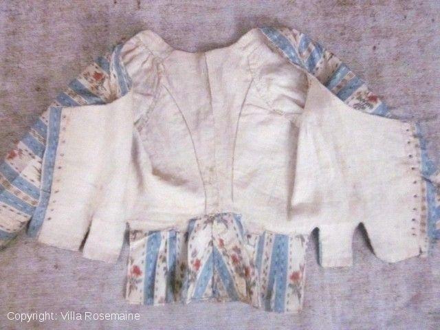 Casaquin, XVIIIe, en taffetas de soie doublé de lin écru. Fermeture par laçage dissimulé sur le devant Villa Rosemaine