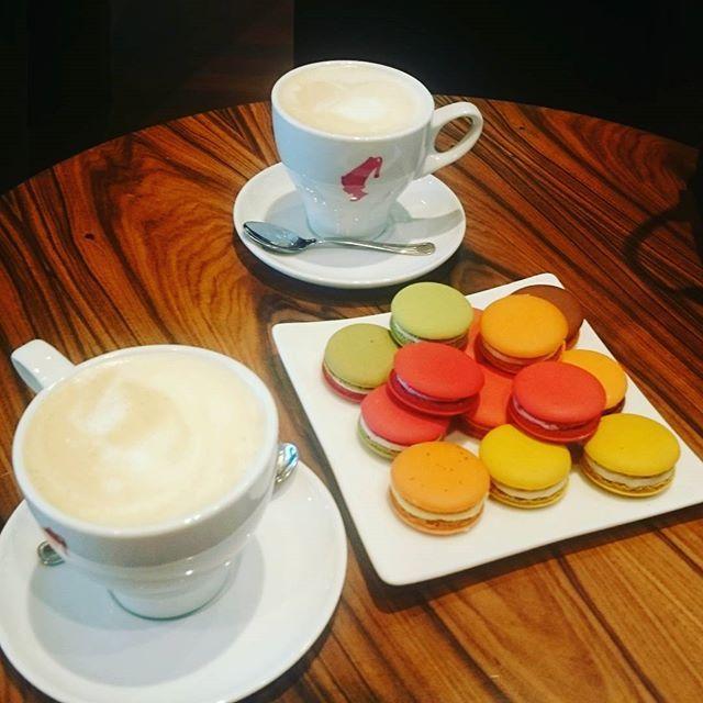 Sweet Saturday ☕. Słodki wieczór. #coffeetime #coffeetable #macarons #macaroons #Kawa #makaroniki #coffee #coffeeholic #kawiarnia #krakowskiewypieki #galeria #bronowice #centrumhandlowe #Kraków #Poland #polska #vscoeurope #coffeeaddict #vscocoffee #capuccino #instacoffe #dziewczyna #vscodaily #onmytable #foodporn #sweets #smakołyki #słodycze