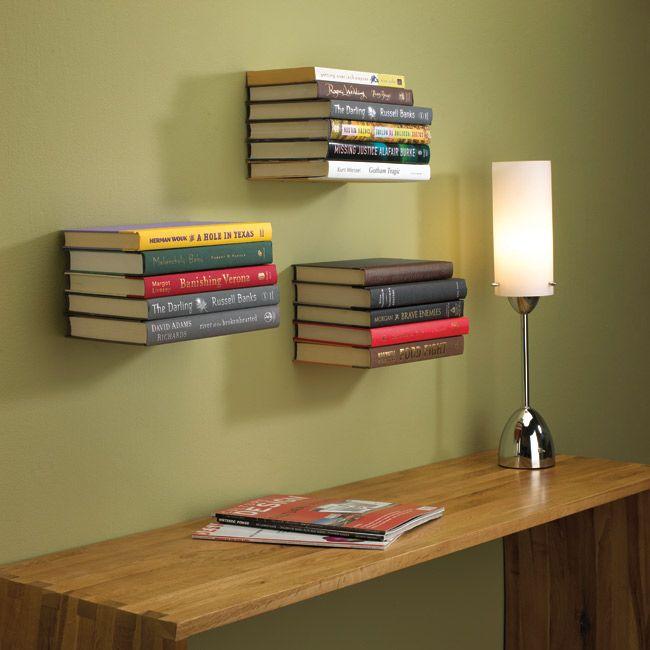 Półka Conceal należąca do oferty Umbra, to efektowny i pomysłowy sposób na przechowywanie książek. Stalowy stelaż został zaprojektowany tak, aby wykorzystać najniżej położoną książkę jako podstawę dla innych tomów. Po umieszczeniu książek na stelażu wydają się one unosić w powietrzu. Na stelażu mieści się pięć tomów. Sprawdź na FabrykaForm.pl