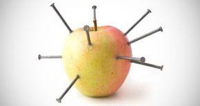 Cette astuce de grand-mère qui consiste à planter des clous dans une pomme est très efficace pour pallier une carence en fer liée à l'anémie.