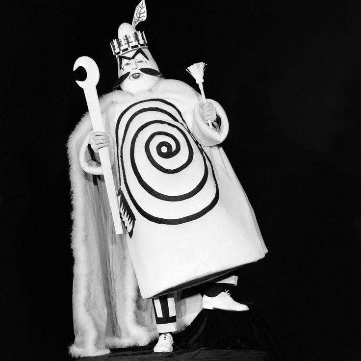 """L'INA avec Photoservice.com - Jean Bouise incarne """"Ubu roi"""" dans la farce théâtrale d""""Alfred Jarry vue par Jean-Christophe Averty"""