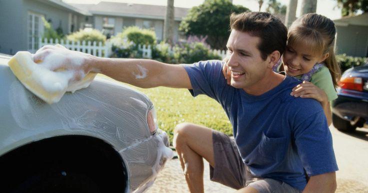 Cómo eliminar manchas de pintura en un auto. Las manchas de pintura en tu auto puede arruinar su apariencia, pero afortunadamente son bastante fáciles de eliminar, siempre que no sean muy severas. Si tu auto estaba estacionado en un taller de carrocería y pintura, fuera de un edificio que estaban pintando, o si se excedieron de pintura haciéndole una reparación, puedes arreglarlo tú mismo.
